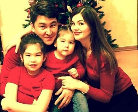 Азамат Мусагалиев с семьей женой и дочерьми фото