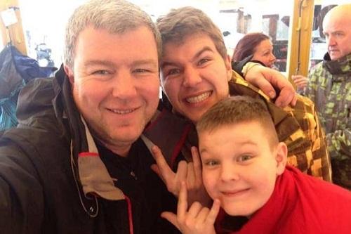 Александр Робак с сыновьями фото