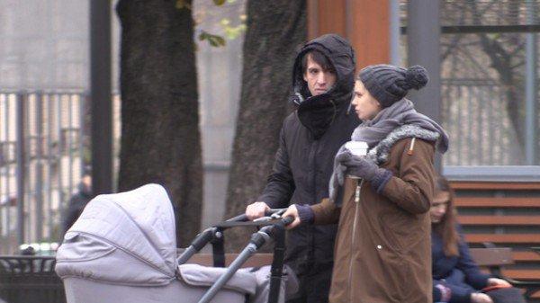 Артур Смольянинов на прогулке с женой и новорожденным сыном фото