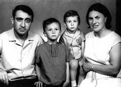 Валерий Меладзе с родителями и братом в детстве фото