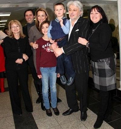 Вячеслав Добрынин с семьей женой, дочкой и внуками фото