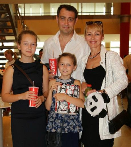 Константин Юшкевич с семьей женой и дочерьми фото