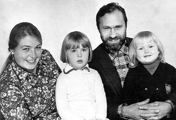 Мария Шукшина в детстве с родителями и сестрой фото