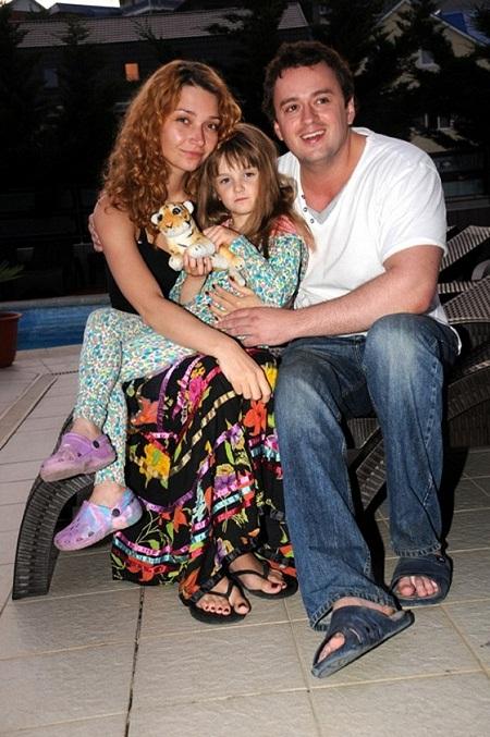 Никита Зверев с женой Юлией Мавриной и ее дочкой от первого брака фото