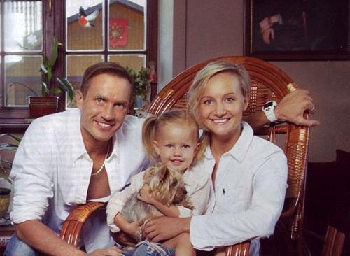 Роман Костомаров с семьей женой и дочерью фото