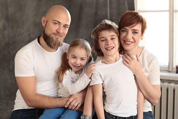 Тутта Ларсен с семьей: мужем Валерием и детьми фото