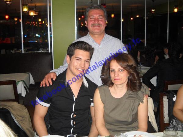 Чагатай Улусой с родителями фото