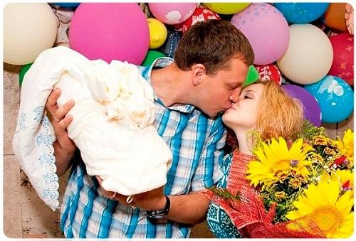 на фото Ольга Кузьмина с мужем и сыном