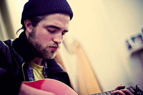 Роберт Паттинсон играет на гитаре