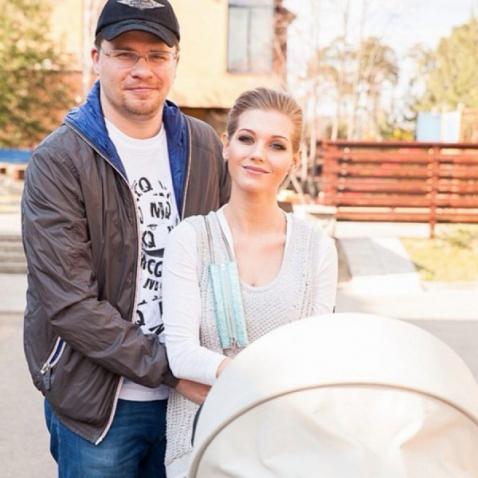 Кристина Асмус с семьей: мужем Гариком Харламовым и дочерью фото
