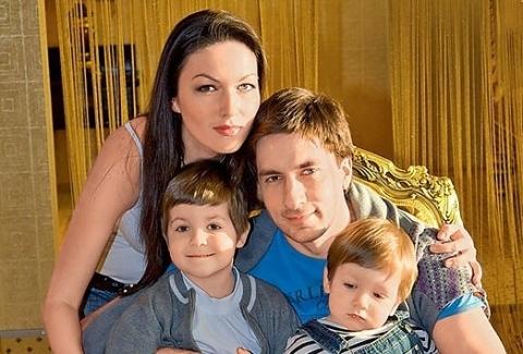 Григорий Антипенко с бывшей женой Юлией Такшиной и двумя сыновями Иваном и Фёдором фото