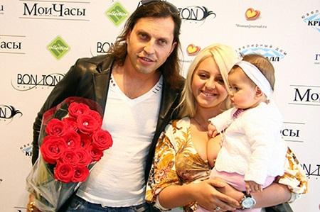 Александр Ревва с женой Анжеликой и дочерью Алисой фото