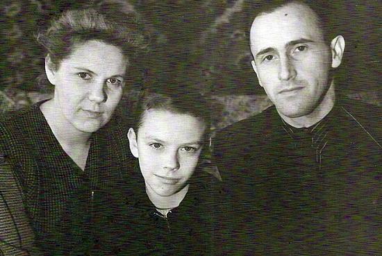 Дмитрий Крылов в детстве с родителями фото