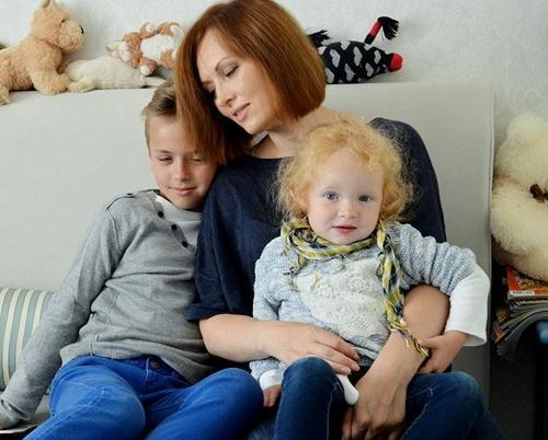 Елена Ксенофонтова с сыном Тимофеем и дочерью Софией фото