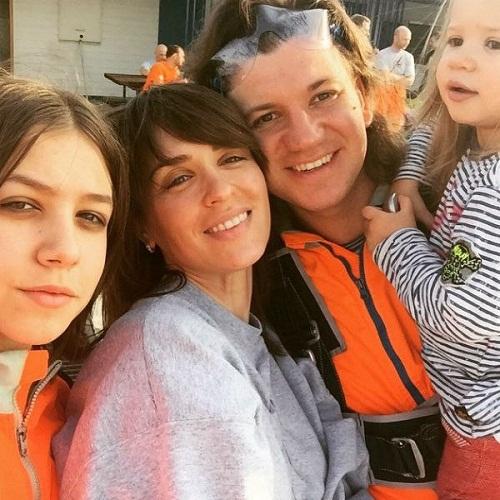 Ирина Муромцева с семьей мужем и дочками фото
