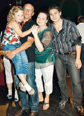 Мария Аронова с семьей мужем, старшим сыном и дочерью фото