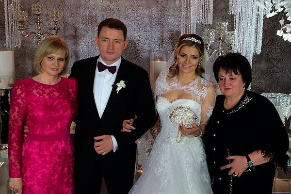 Мария Кириленко с семьей мужем и мамами фото