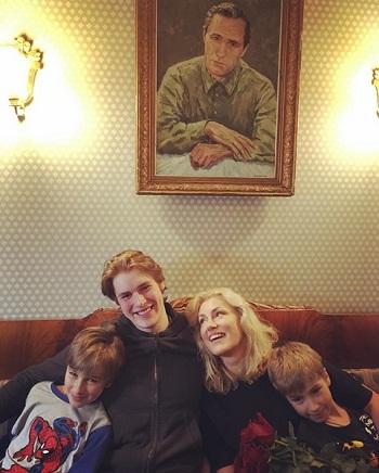 Мария Шукшина с сыновьями фото