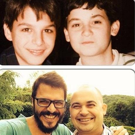 Мехмет Гюнсюр в детстве с другом и сейчас фото