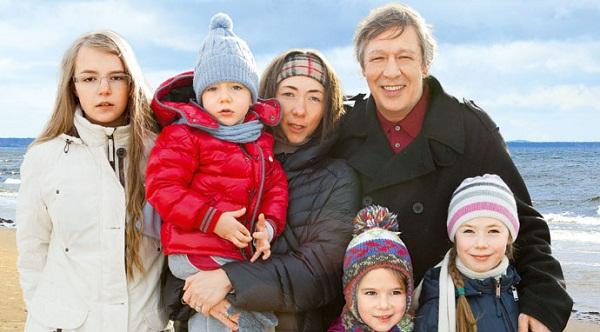Михаил Ефремов с семьей женой Софьей Кругликовой и детьми фото