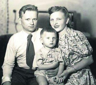 Юрий Антонов в детстве с родителями фото