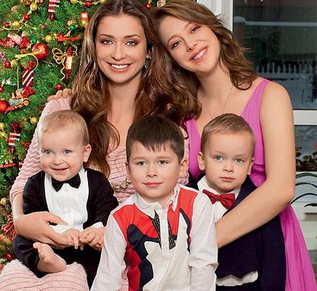Мария Ситтель с детьми - сыновьями Колей, Саввой, Иваном и дочерью Дарьей фото