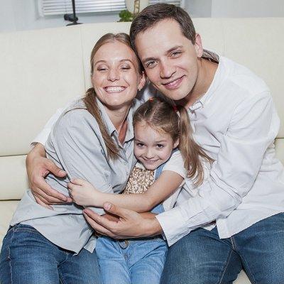 Александр Асташенок с женой и дочкой фото