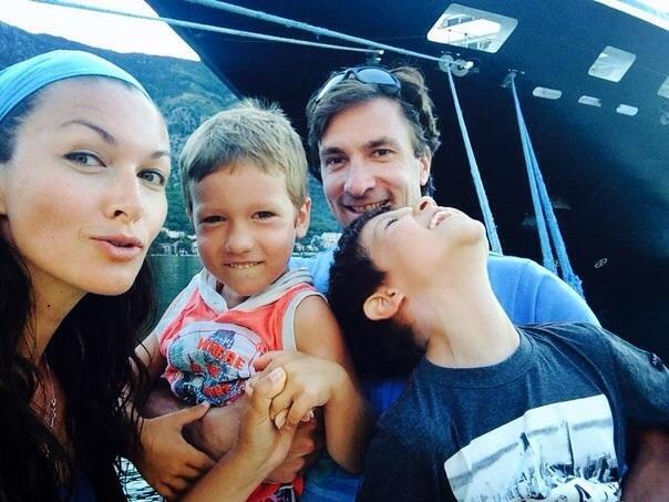 на фото Юлия Такшина с сыновьями и Григорием Антипенко